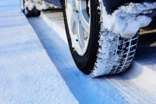 スキー場はスタッドレスタイヤとチェーンどっちで行く?それぞれの特徴も!